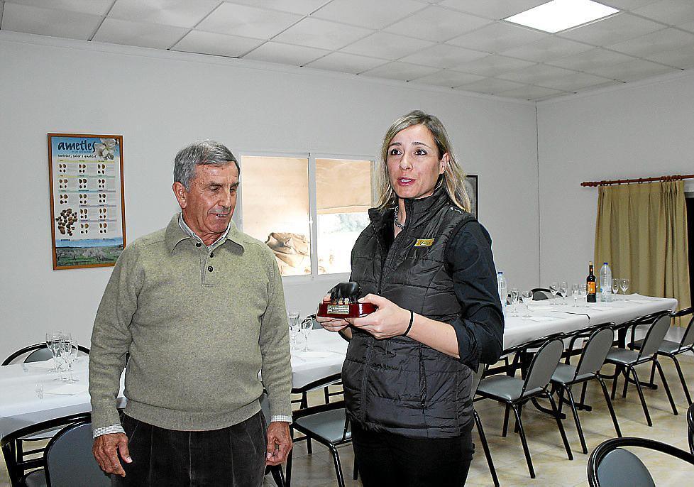 Mai Planas, de Tiberi, recibe el galardón de manos de Tomeu Torres, presidente de los criadores. 23-12-2015 | A. Pol (Última Hora)